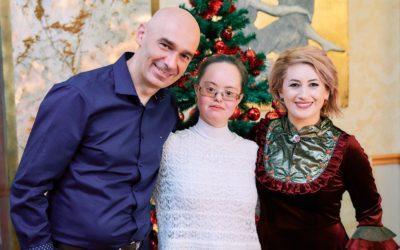 Yasmin, un terapeut cu Sindrom Down care ajută persoanele cu autism