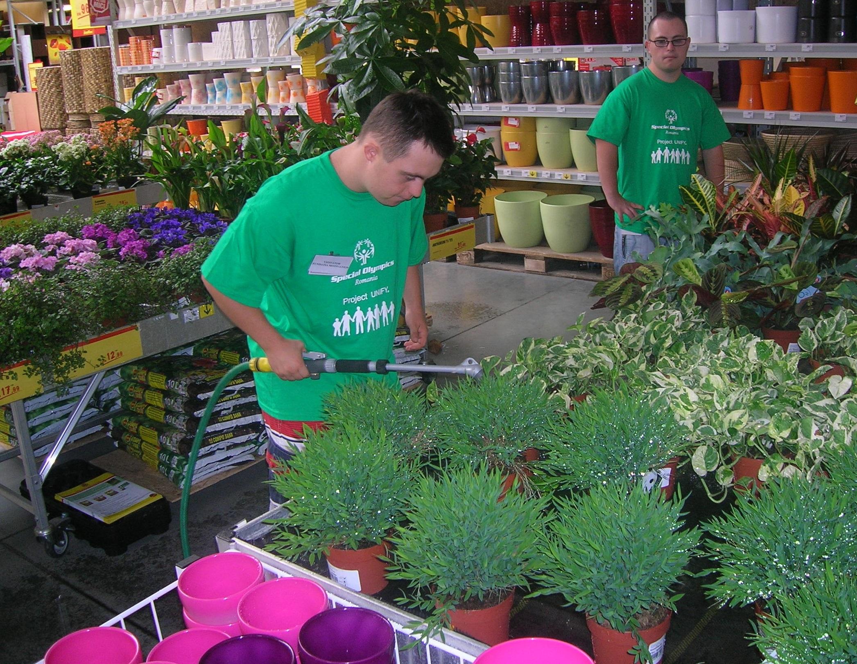 băiat cu dizabilități și sindrom Down angajat la un supermarket