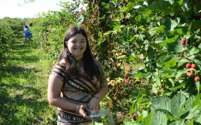 Tinerii cu Sindrom Down din Bacău au vizitat o livadă de mure